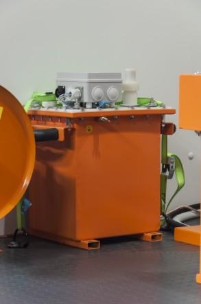 """Высоковольтная установка для испытания кабелей из сшитого полиэтилена (СПЭ) АИСТ СНЧ 30 в  передвижной электротехнической лаборатории высоковольтных испытаний """"СУРА"""""""
